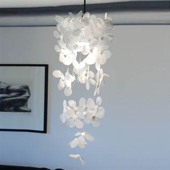 Lampen Nightfly er en ren og bølgende kreasjon som kan ses som en installasjon like mye som en lyskilde. Passer perfekt i hjørnet, entreen eller karnappet. Fins i fire farger. Design Catarina Larsson.