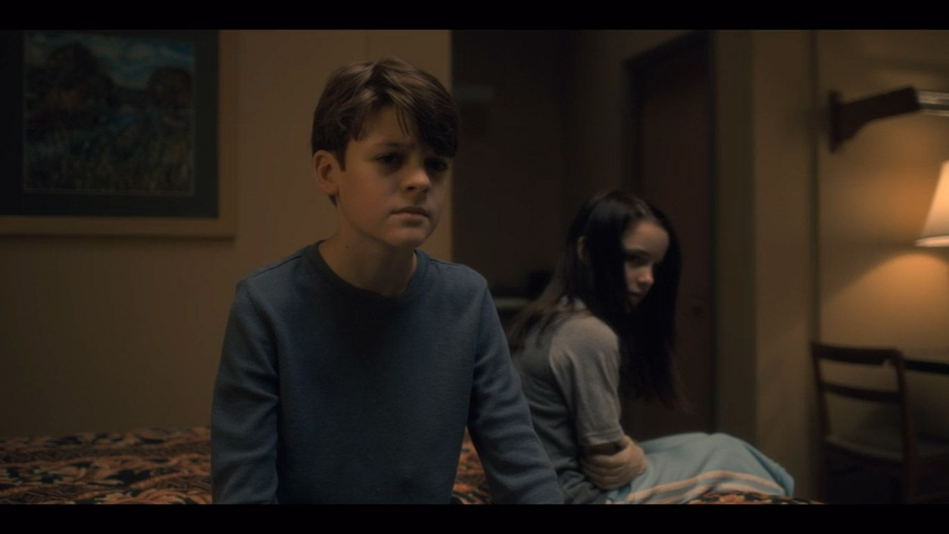 Paxton Singleton As Young Steven Mckenna Grace As Young Theo In Season 1 Episode 5 Of The Haunting Of Hill House Sourc House On A Hill Haunting Grace Art