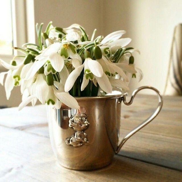 Herlig vårtips fra @gullfunntorgterrassen: Bruk dåpskoppen som en vase til vårens markblomster  #dåpskopp #dåpsgave #gjenbruk #Gullfunn