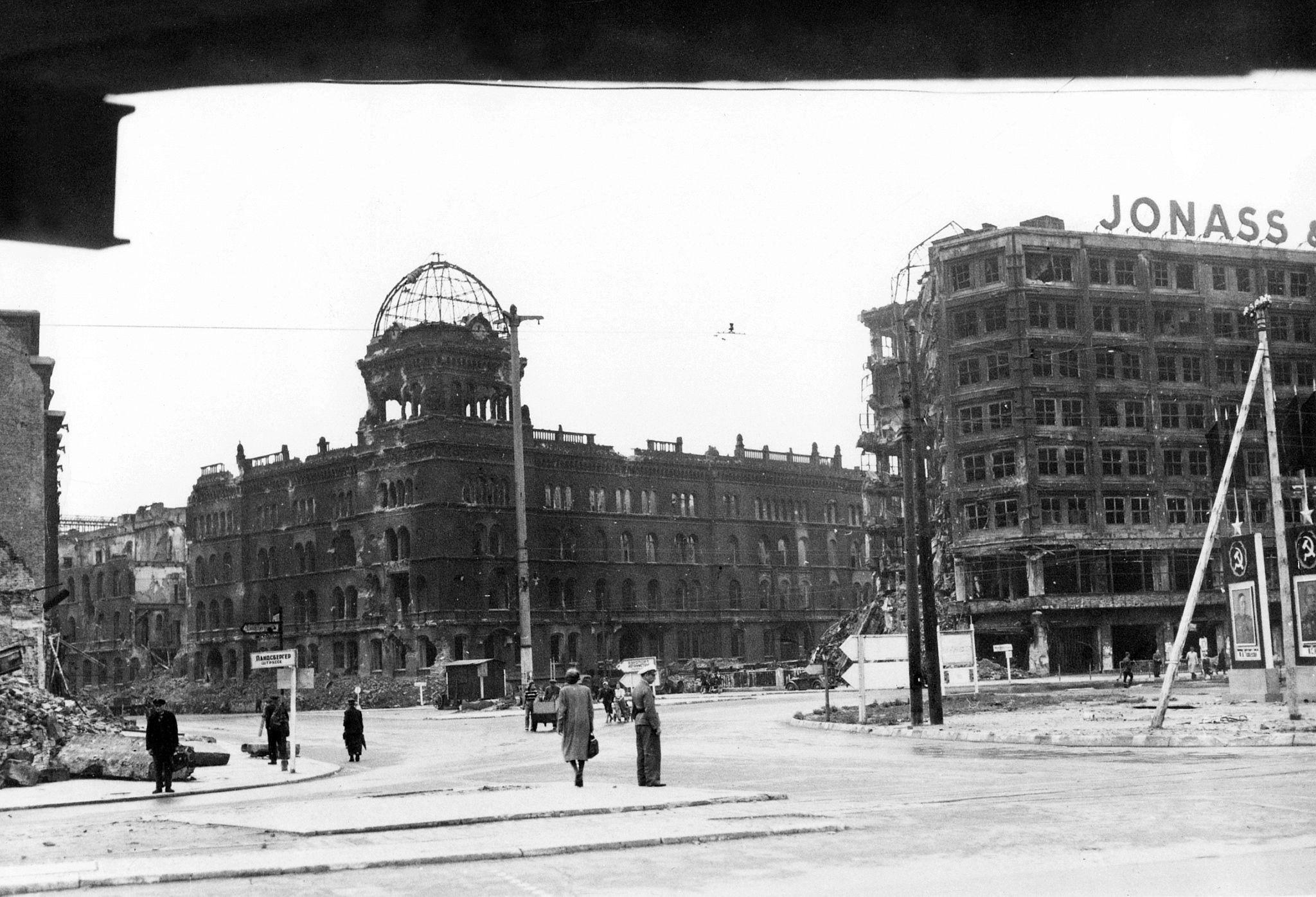 1945 Berlin Alexanderplatz Landsbergerstr Ecke Neue Konigstr Rote Burg Alexander Haus Gettyimages Co Uk In 2020 Berlin City Germany