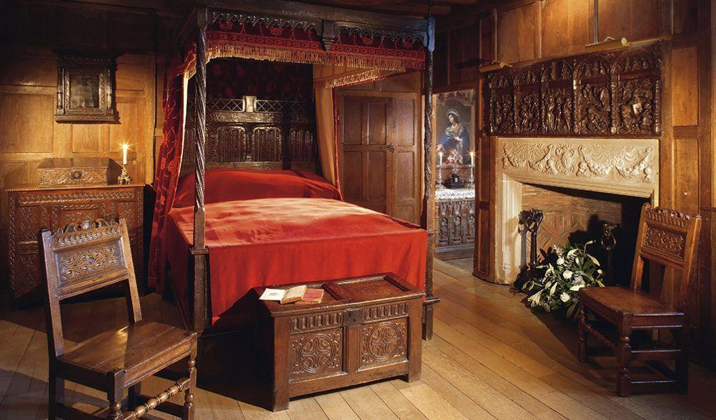 Anne boleyn 39 s bedroom and prayer books hever castle for Tudor style bedroom