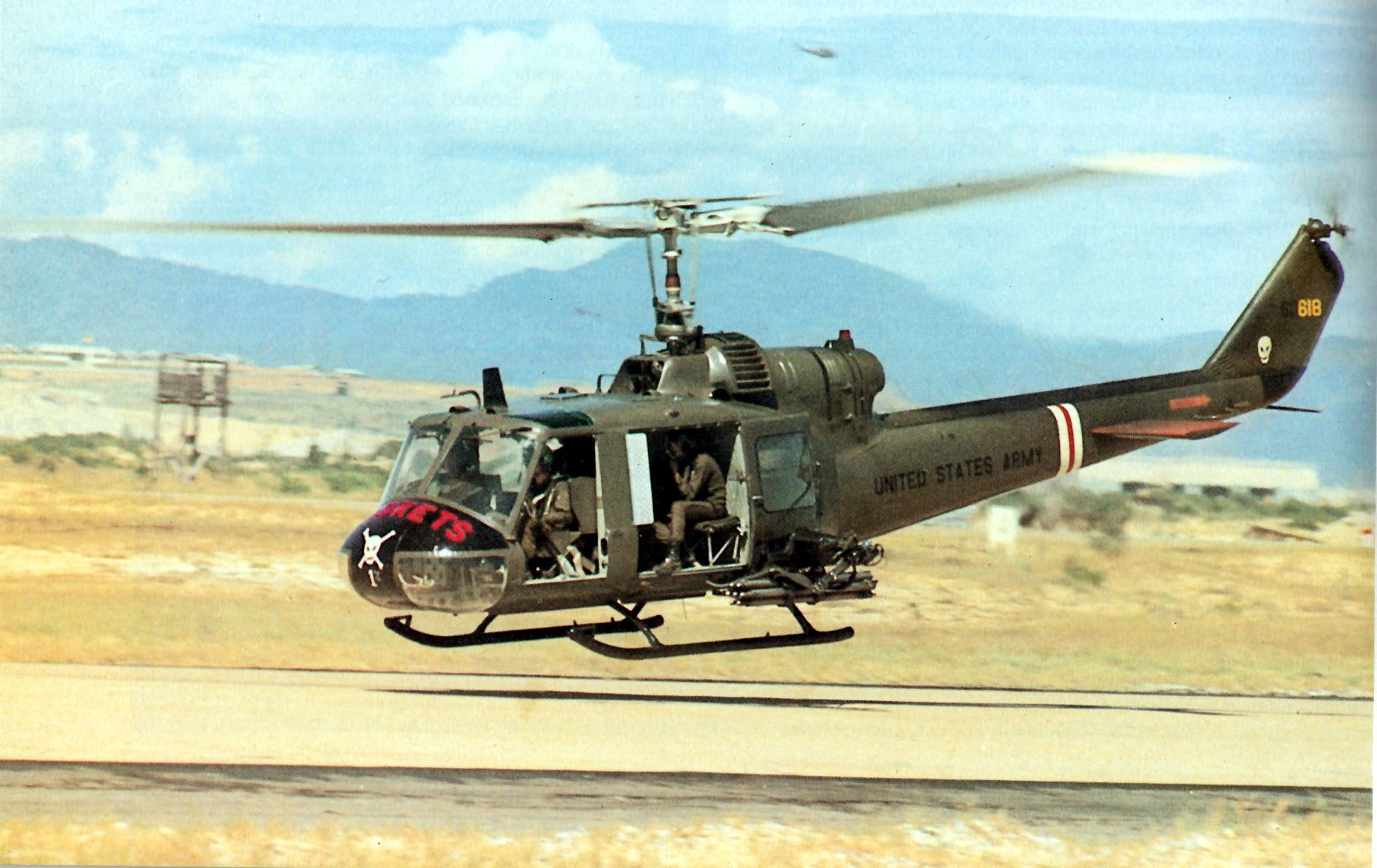174th ahc vietnam - Uh 1c 66 618 176th Ahc Chu Lai 1971 Photo Cpt Mike Campbell