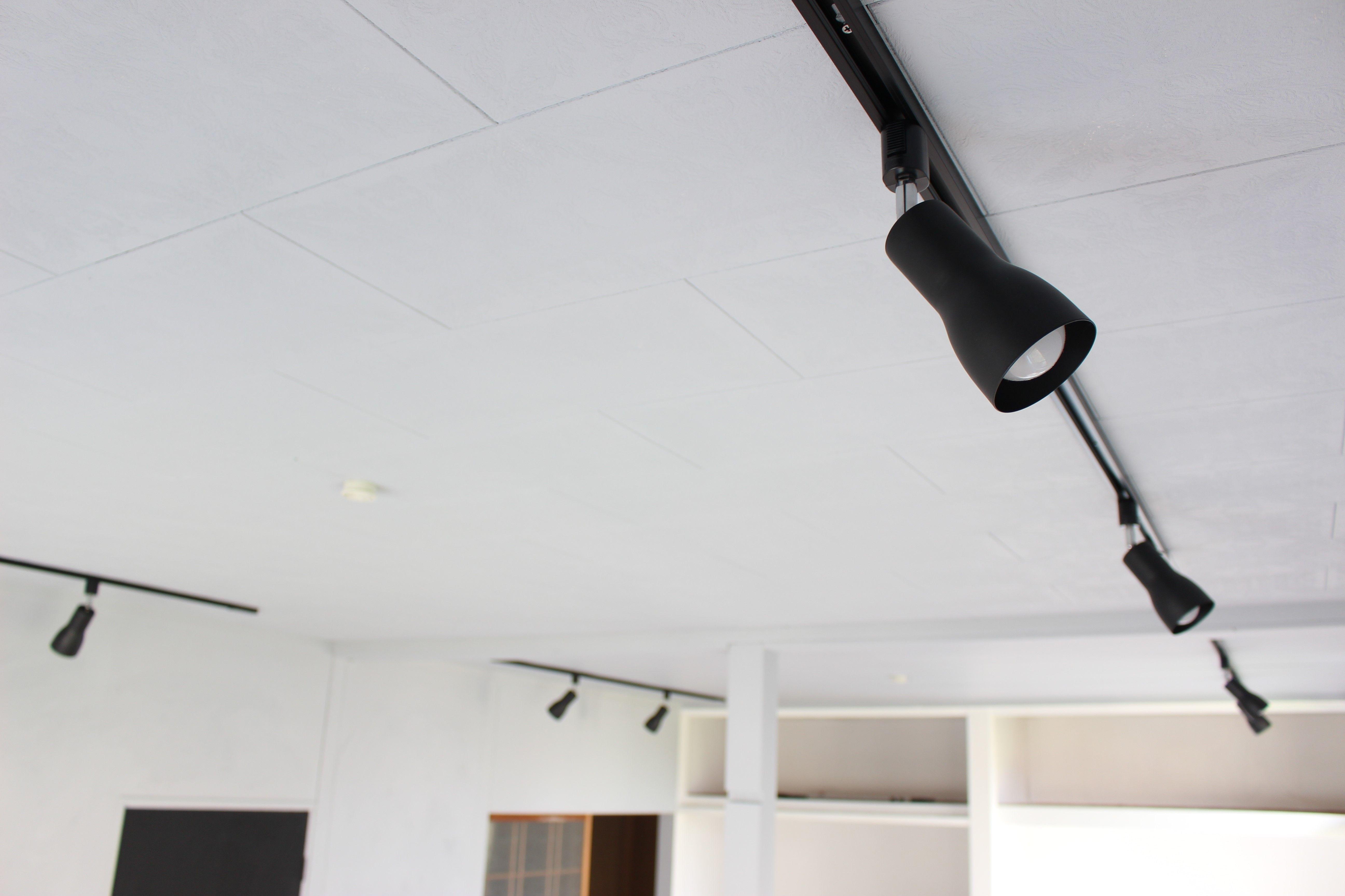 リモコン操作可能なダクトレール照明を取り付ける ライティングレール