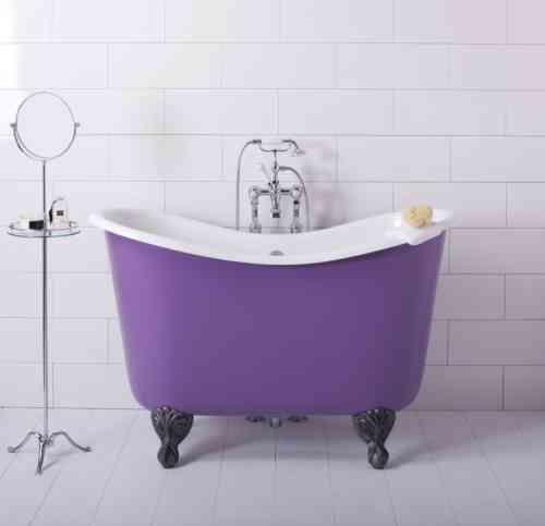 baignoire de trempage violettte avec des pieds