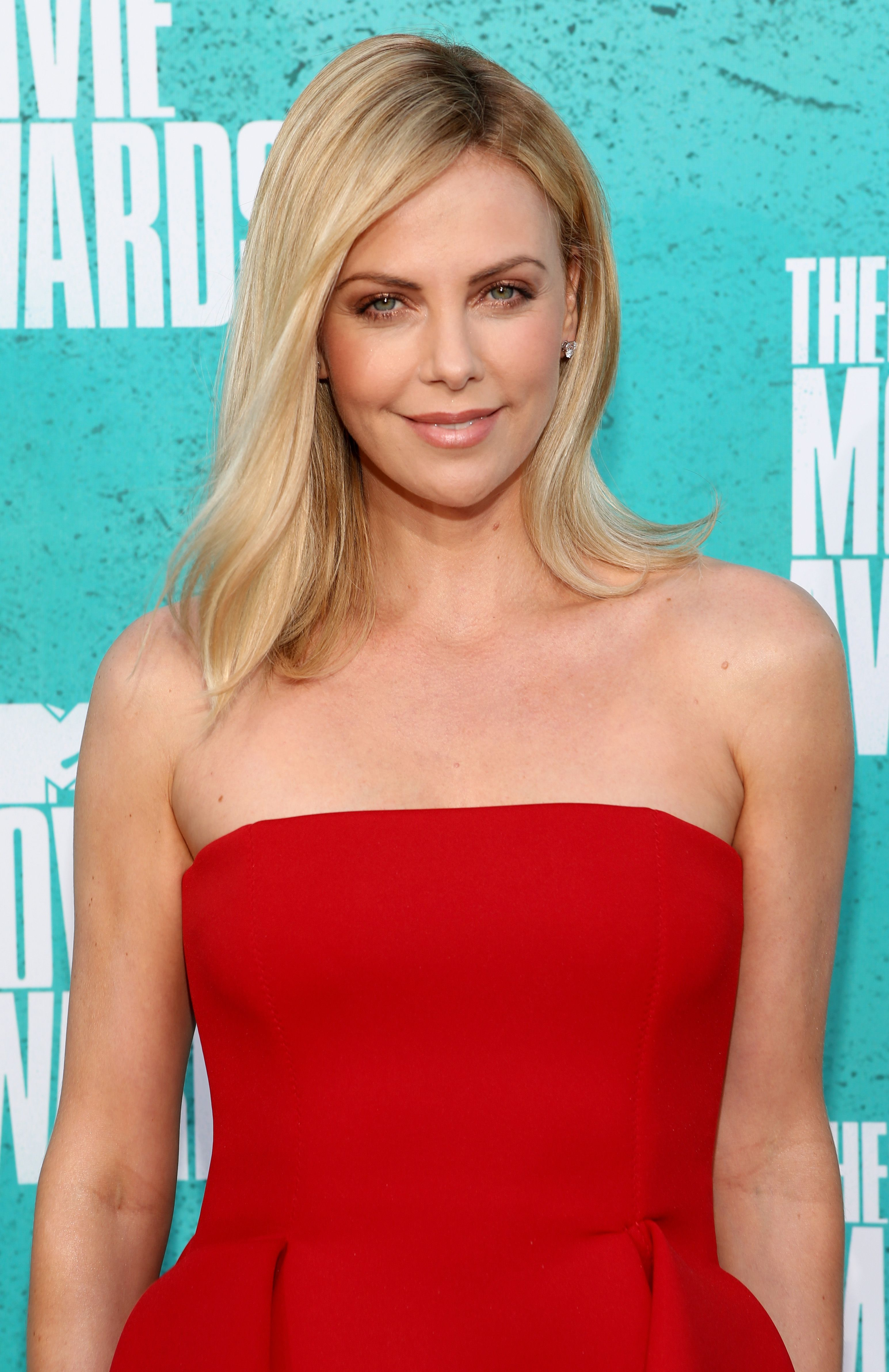 charlize theron red carpet - Google Search | Beauty | Pinterest ...