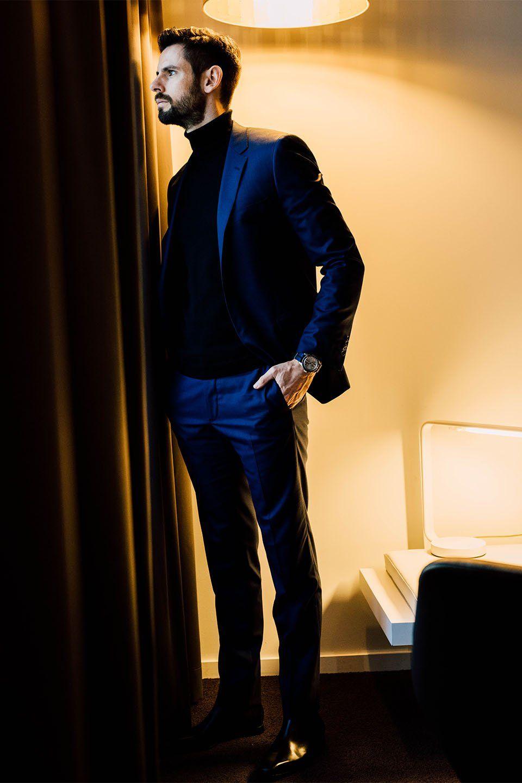 90265b673f31 Costume bleu porté avec un pull col roulé noir  style  menstyle   streetstyle  fashion  mensfashion  fashionblogger  blogger  look  ootd   suit  turtleneck ...