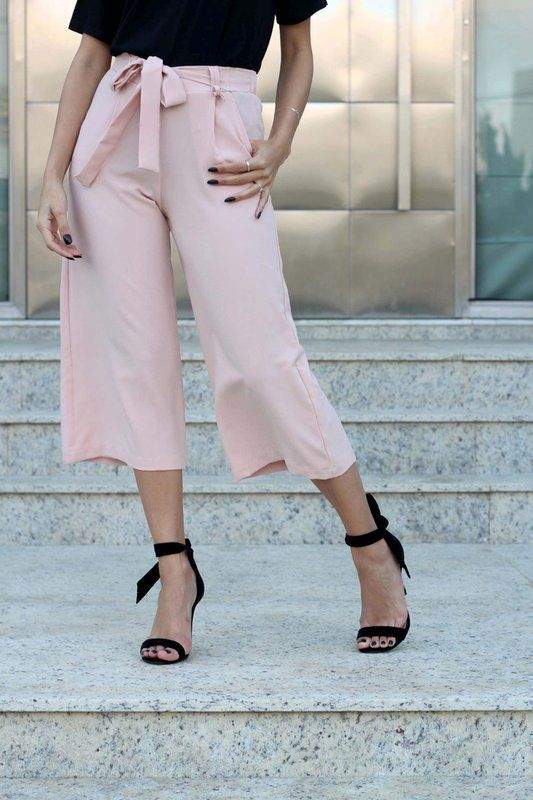 calça jeans zara | cor preta, modelo cropped (a barra bate n