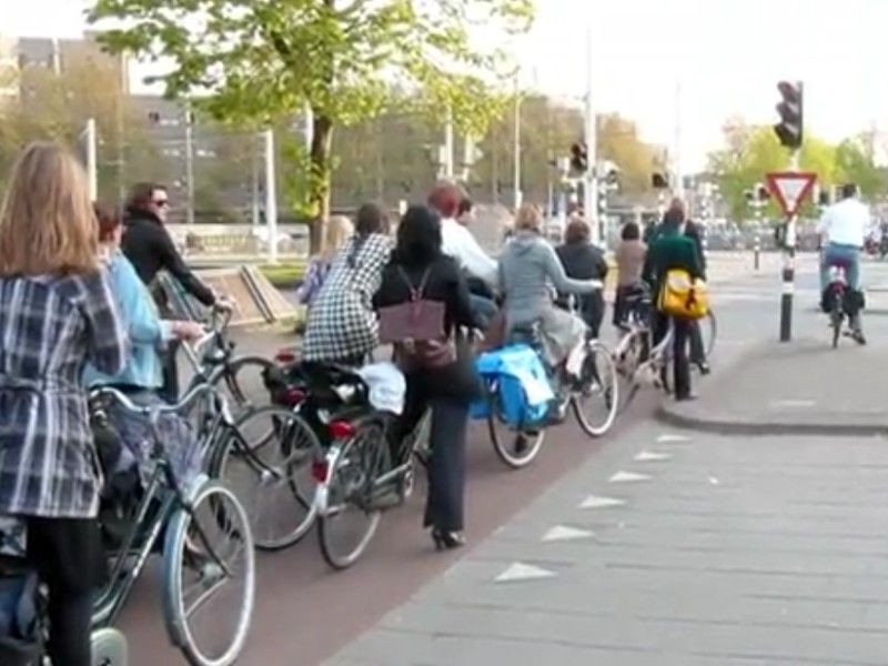 Video : La circulation en heure de pointe aux Pays Bas  #video #buzz #insolite #Pays-Bas #culture