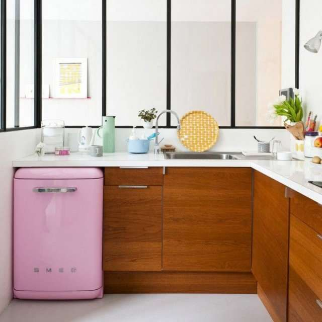 mini frigo rose petite cuisine smeg cuisine studio pinterest mini frigo smeg et petite. Black Bedroom Furniture Sets. Home Design Ideas