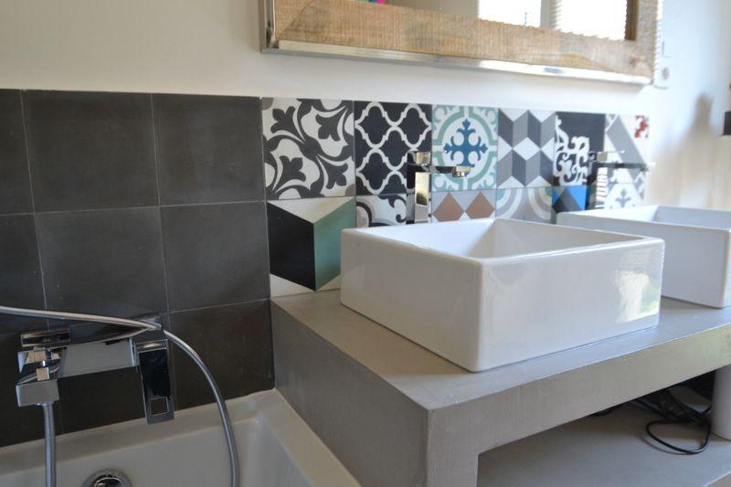 Salle de bains rénovées, carreaux ciment et béton ciré, meuble