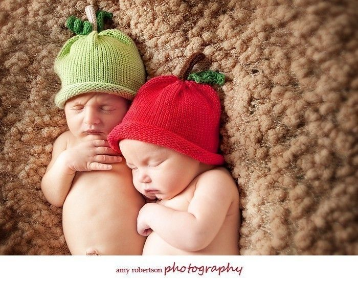 Knitty Bitty Apple Hat----great for newborn/baby photo prop---photographers. $20.00, via Etsy.