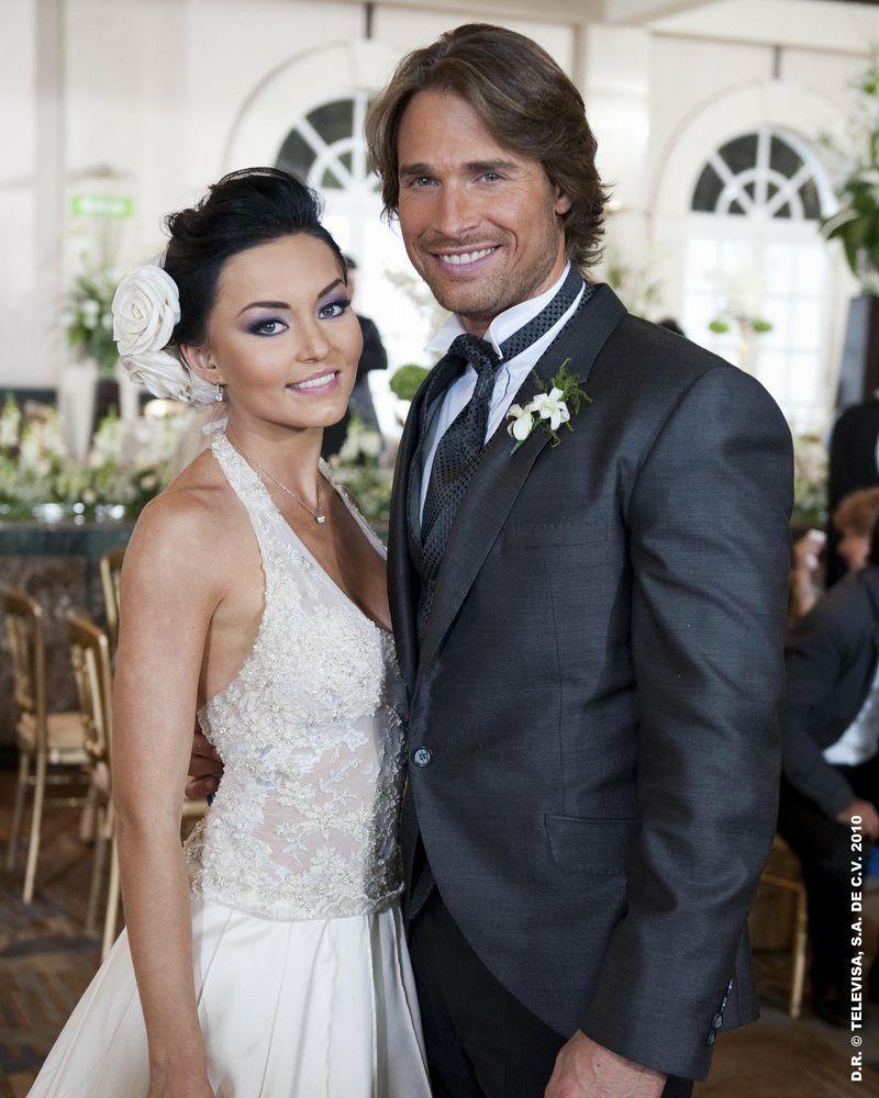 Pin By Judy Ramirez On Novelas In 2020 Wedding Dresses Lace Sleeveless Wedding Dress Sebastian Rulli