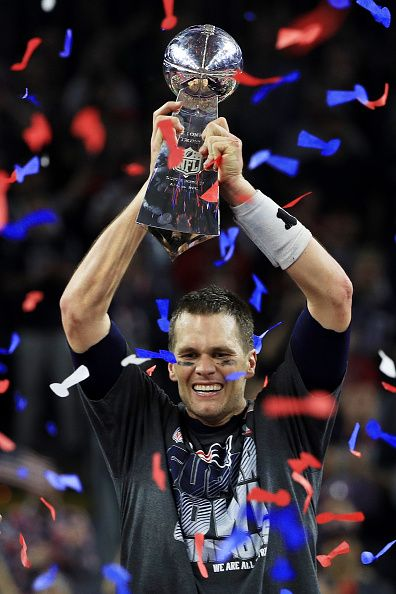 Tom Brady Of The New England Patriots Holds The Vince Lombardi Trophy After Defeating The At Super Bowl New England Patriots New England Patriots Championships