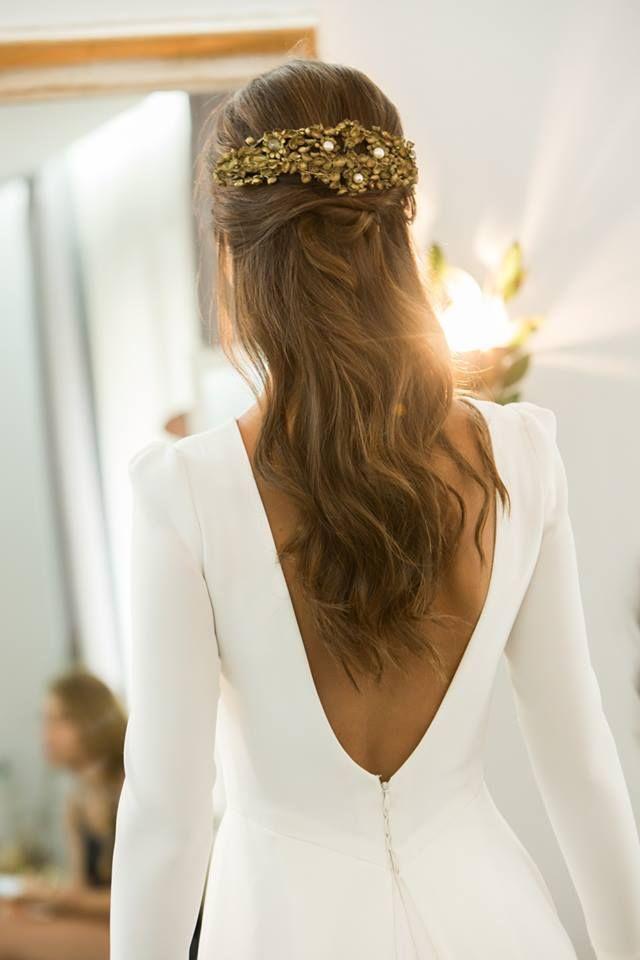 a81fe3eaccd1 Estilazo de novia con pelo suelto y tocado joya color oro viejo para un  vestido de novia elegante y sencillo. Inspiración  innovias