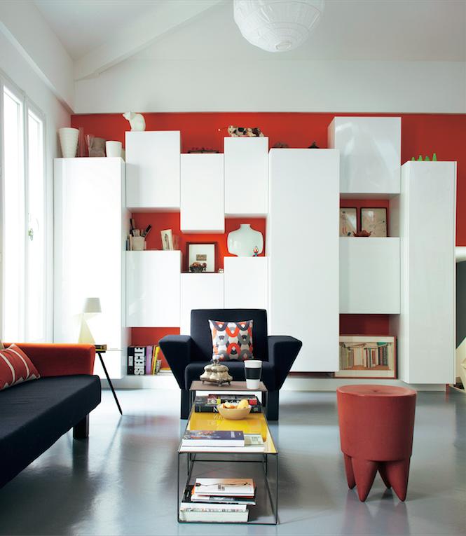 une s rie de placards de cuisine habillent le mur de ce s jour et donnent un effet a rien la. Black Bedroom Furniture Sets. Home Design Ideas