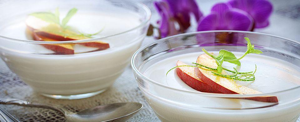 En pannacotta kan varieres i det uendelige med ulike frukt og bærfavoritter. Denne nydeligekokospannacottaen har smak avfrisk lime og fruktig mango. En perfekt avslutning på et thailandsk festmåltid! En dessert som er rask å tilberede, men den bør stå i kjøleskapet i 3-5 timer før servering.