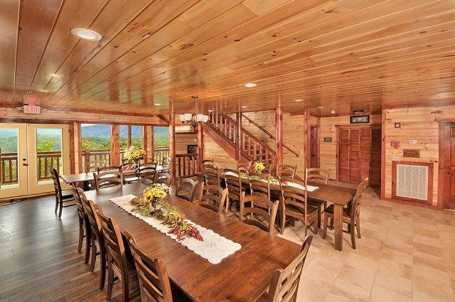 Charmant Long Tables In The Dining Area Of A Large Group Cabin In Gatlinburg