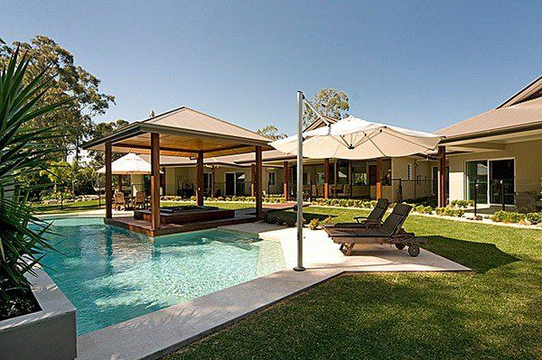 Outdoor swimming pool shade ideas wooden pergola sunbeds for Swimming pool area