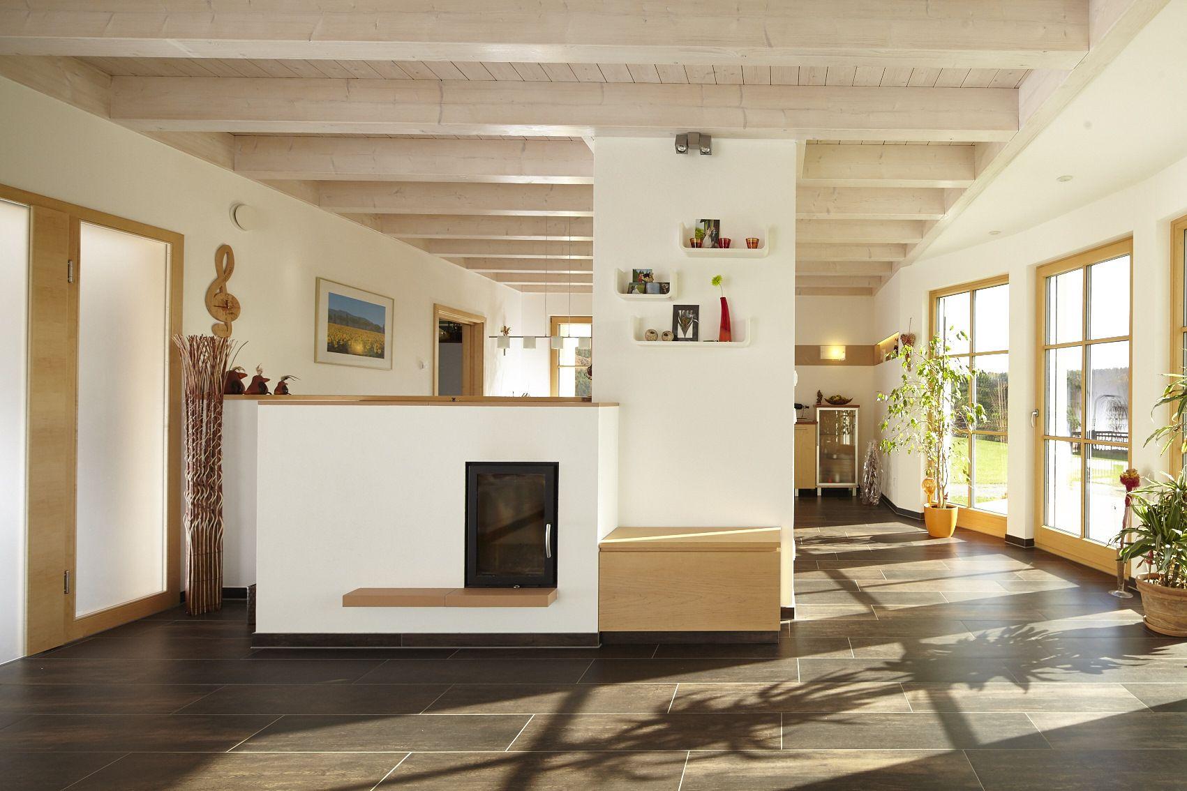 heller Ess- und Wohnbereich im großzügigen Holzhaus, Holzhaus von ...