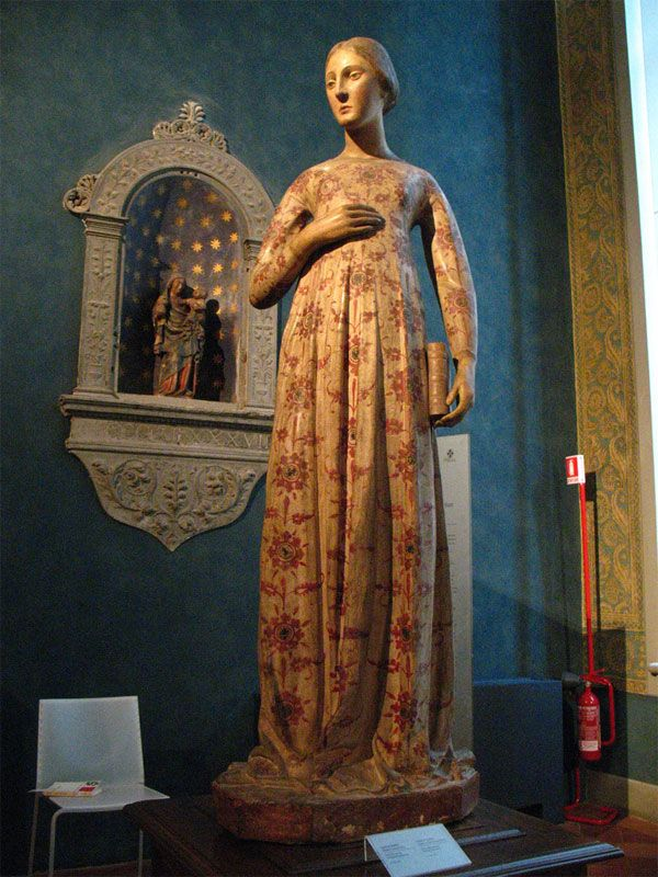Wooden sculpture of a lady (14th century) at the Bardini Museum, Florence