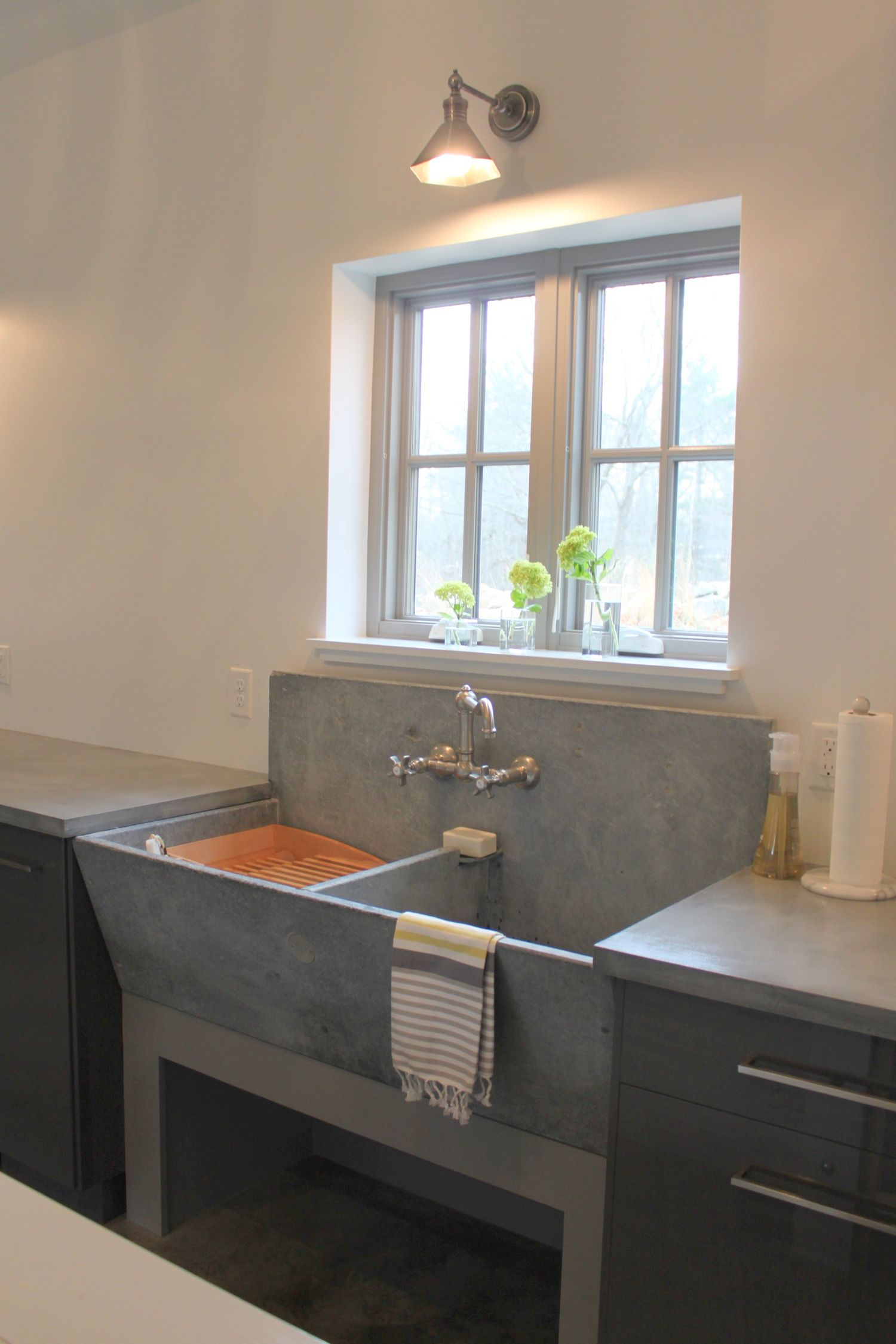 A Vintage Concrete Laundry Sink In The Laundry Room Tanque