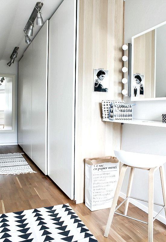 Un dormitorio en blanco y negro con tocador bedrooms for Closet blanco pequeno