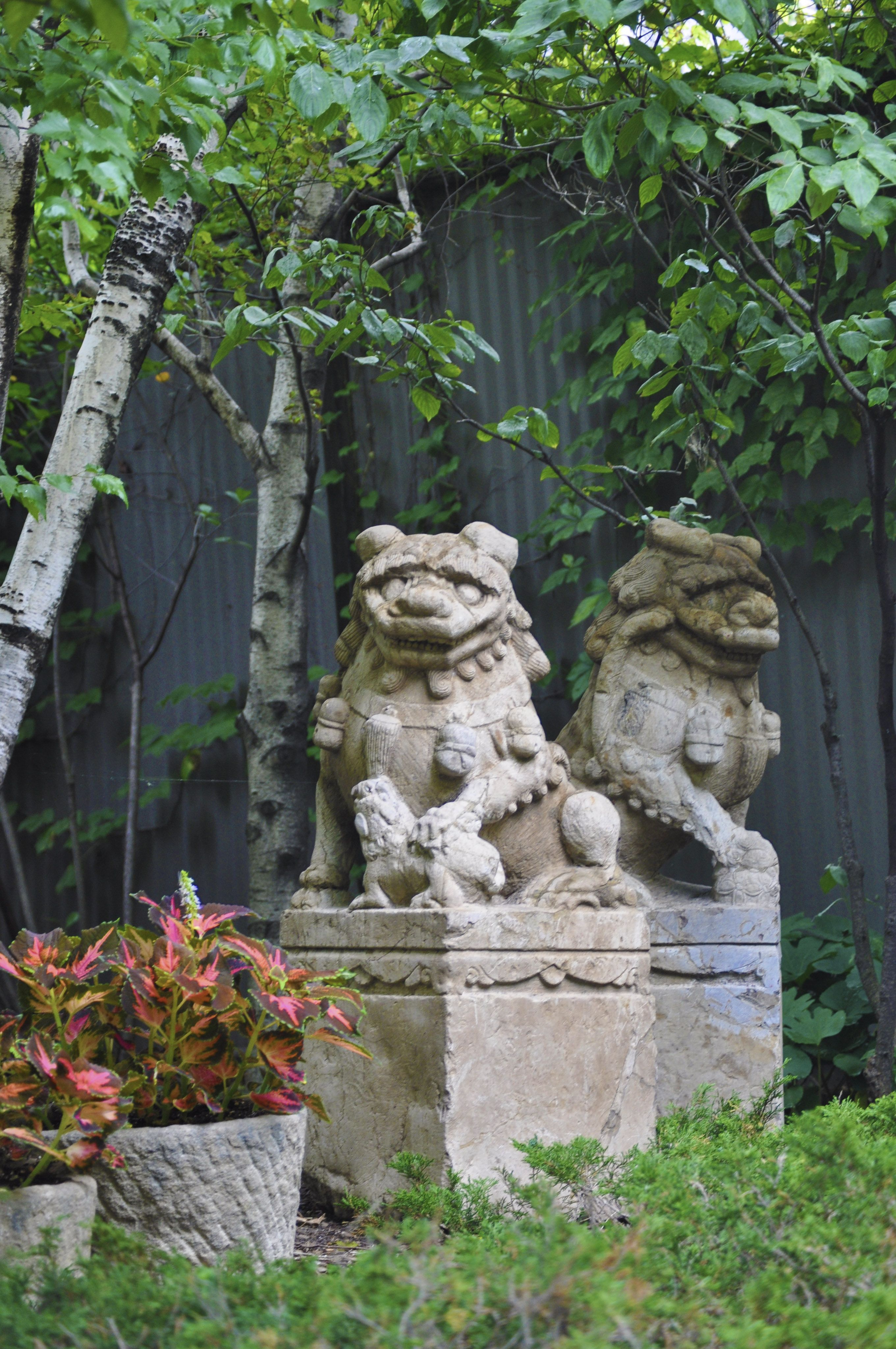 Superbe We Have Historic Protectors Watching Over The Pagoda Red Garden. Fill Your  Garden With Beautiful Antique Stone Sculptures.