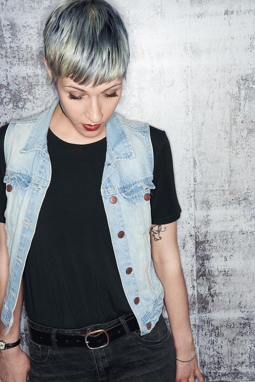 Unsere TOP 25 graue Damenfrisuren  Platz10 Grau ist gut  doch noch besser in Kombination mit komplementären Farben Hier sind es tiefe Blautöne die als Str...