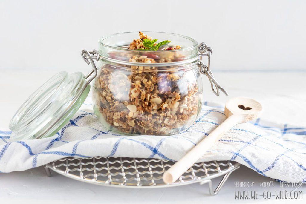 Leckeres Knuspermüsli selber machen ohne Zucker in der Bratpfanne