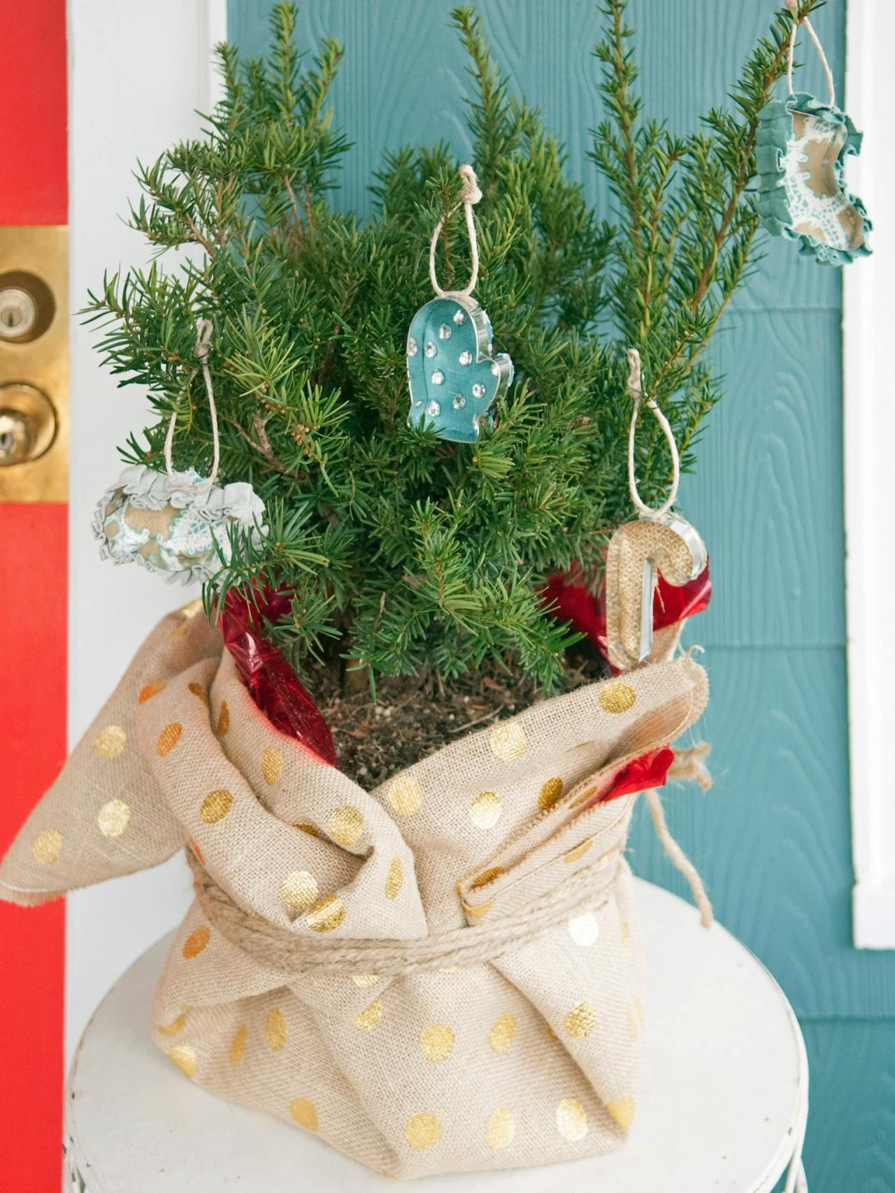 Make+these+easy+Christmas+ornaments+made+with+cookie+cutters.+They+don't+require+any+sewing!
