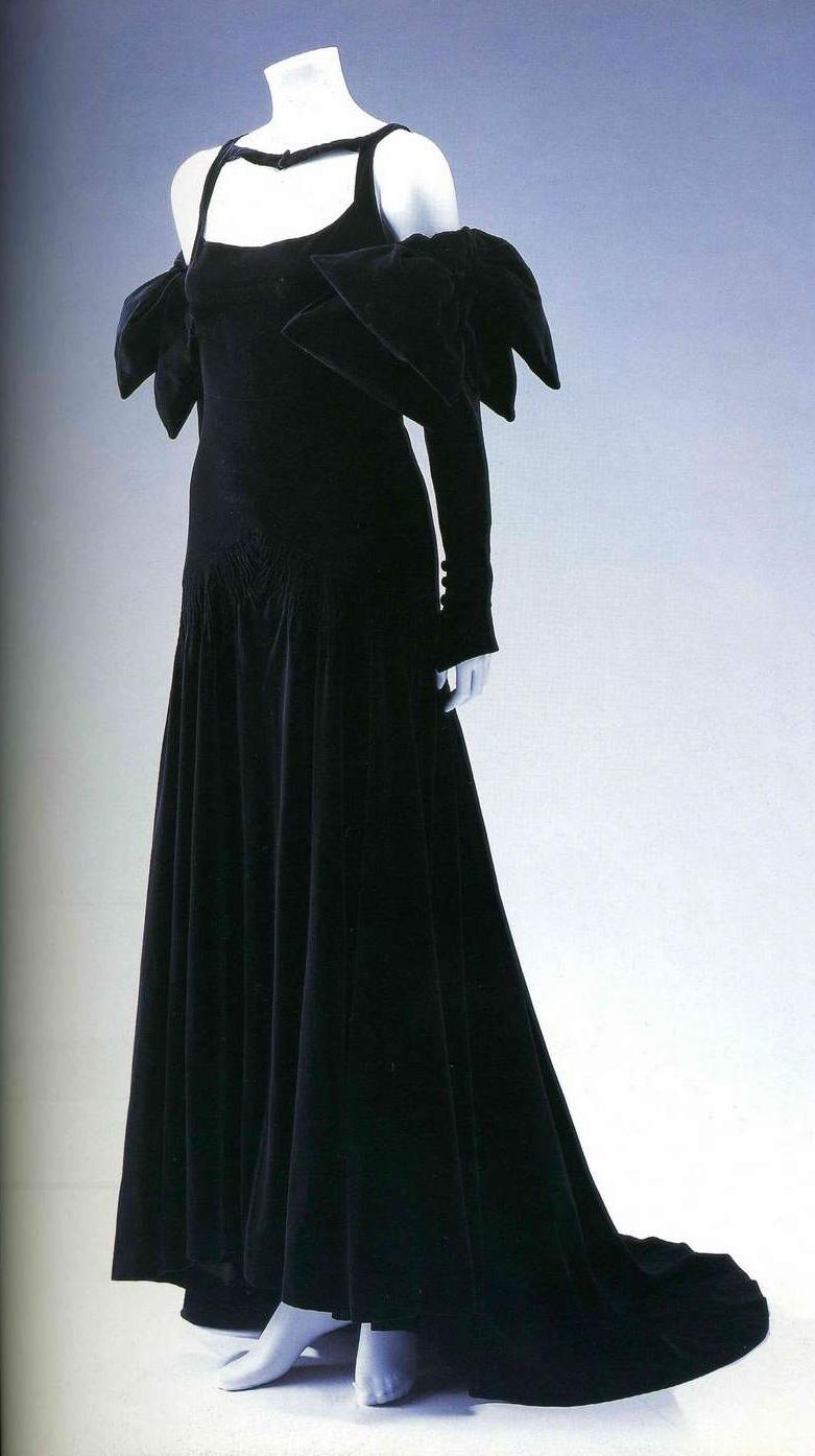 Вечернее платье. Жанна Ланвен, 1937. Черный бархат, бант на рукавах, застежка сзади, пуговицы обтянуты материалом, пуговицы на рукавах и шейной ленте.