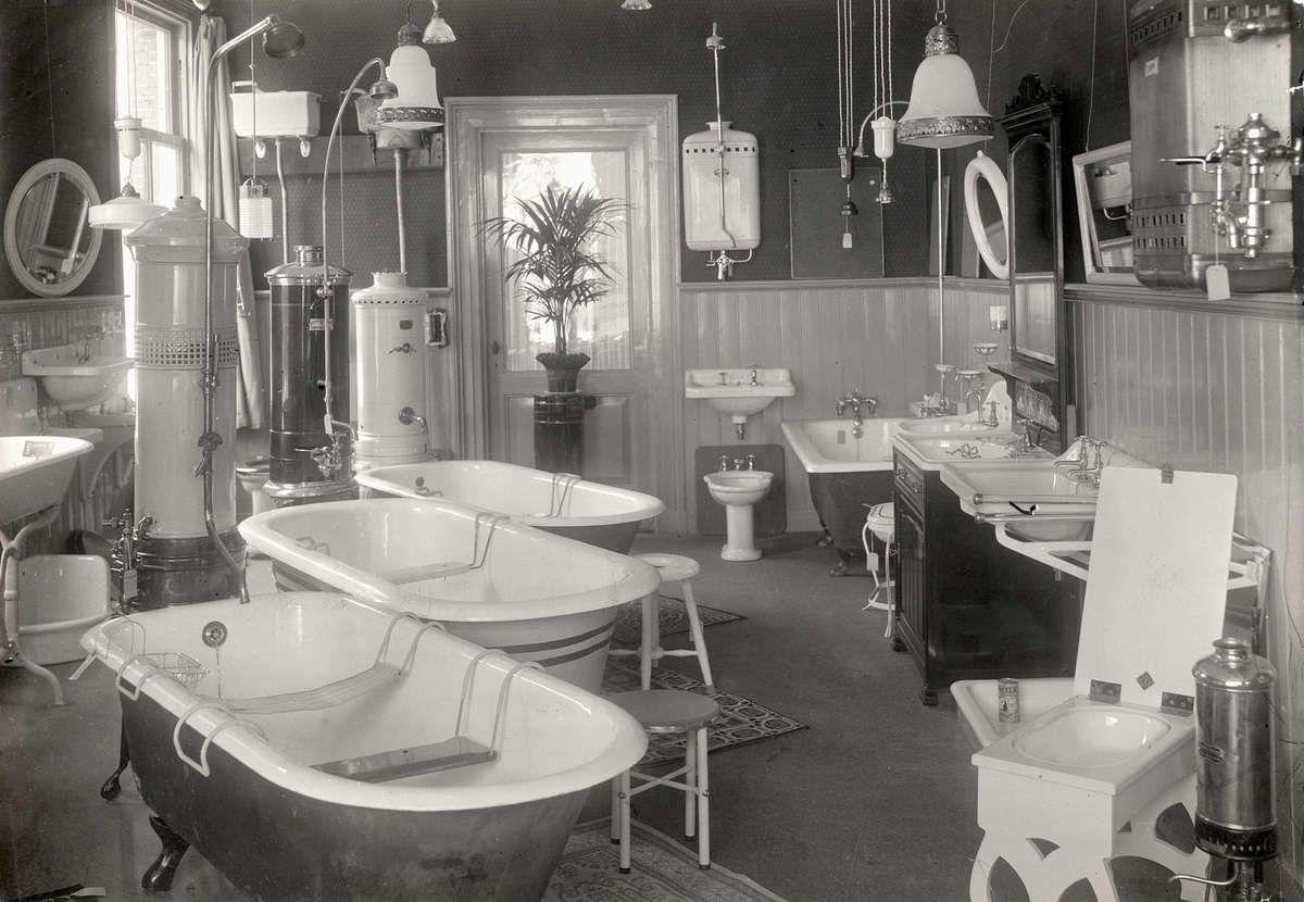 Interieur van winkel in sanitair kachels en lampen met oa drie