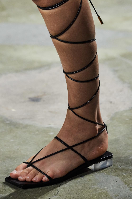 Versace Spring 2018 Fashion Show Details | Sapatos, Sapatos