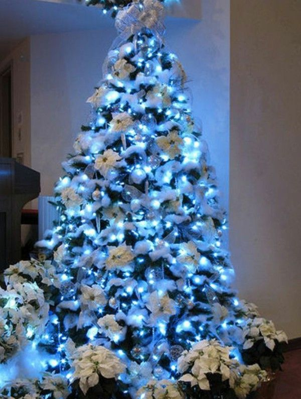 White Christmas Tree With Blue Lights.White Dekoriereter Christmas Tree With Blue Lights