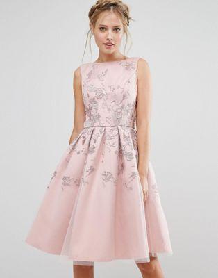 Compra Vestido bordado midi de Chi Chi London en ASOS. Descubre la moda  online.