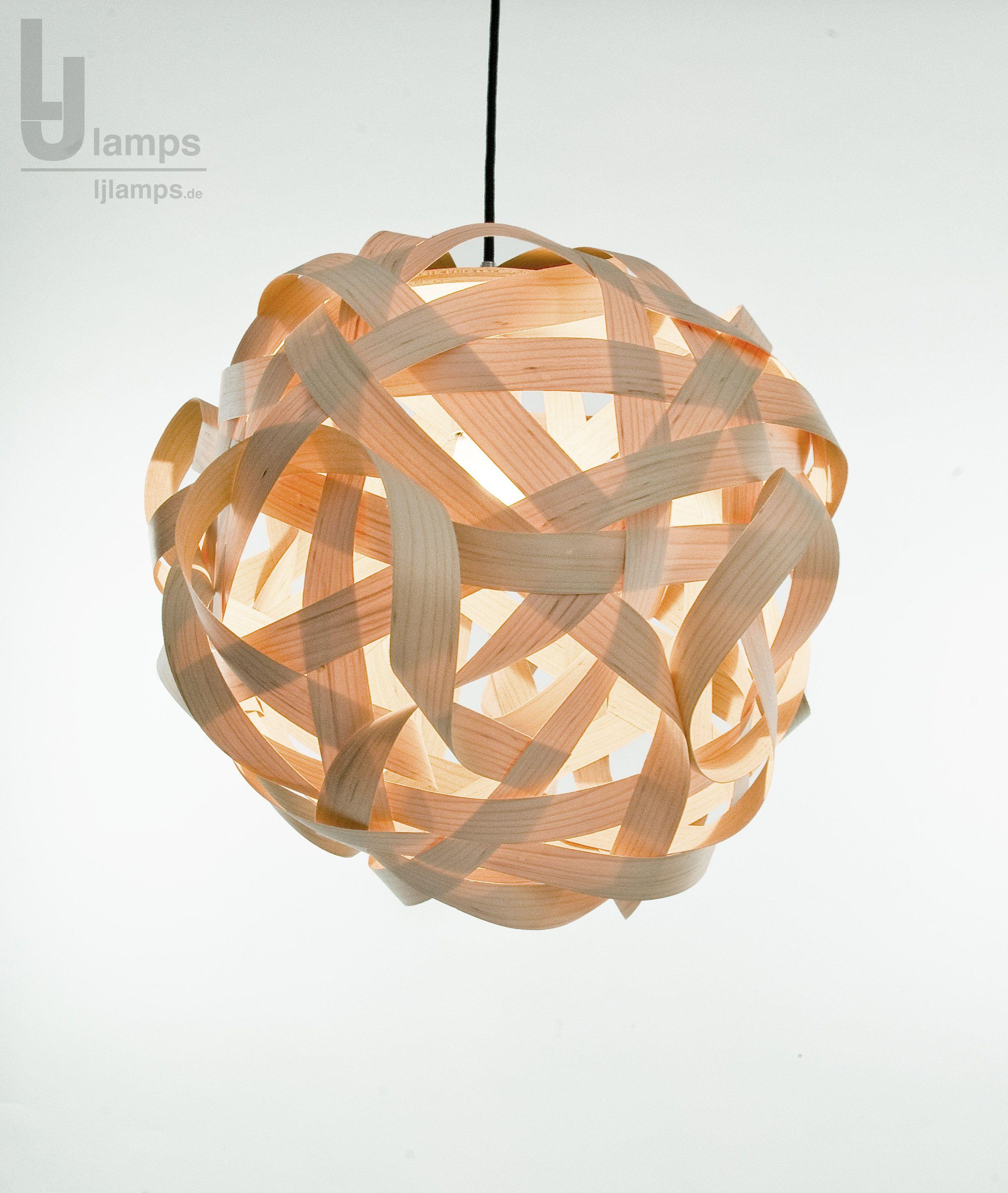 Holz ist lichtdurchlässig, wenn es als Furnier zur Leuchte gewickelt ...