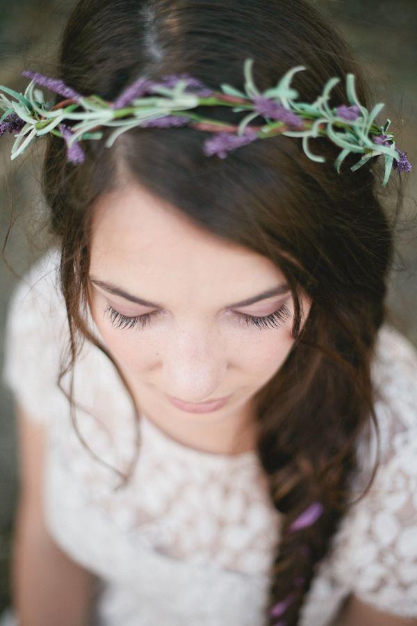 rustic lavender wedding inspiration | lavanda, coronas y peinados