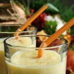 Mango smoothie : ◾2 uitermate rijpe mango's ◾sap en geraspte schil van 1 limoen ◾ijsblokjes (een goed handvol) ◾een handvol muntblaadjes ◾150 ml volle melk ◾naar smaak: vloeibare honing
