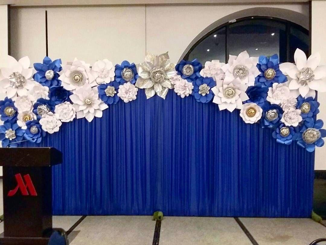 Panel de tela plisada en tono azul rey con hermoso detalle de flores ...