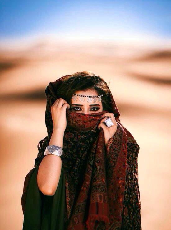 و يقال يا ليتني ما رأيت سود انظارها من يوم ما ريتها عقلي طار افقدوني صوابي في بلادي العيون هي س ر الجم Arabian Women Arabian Beauty Women Arabian Beauty