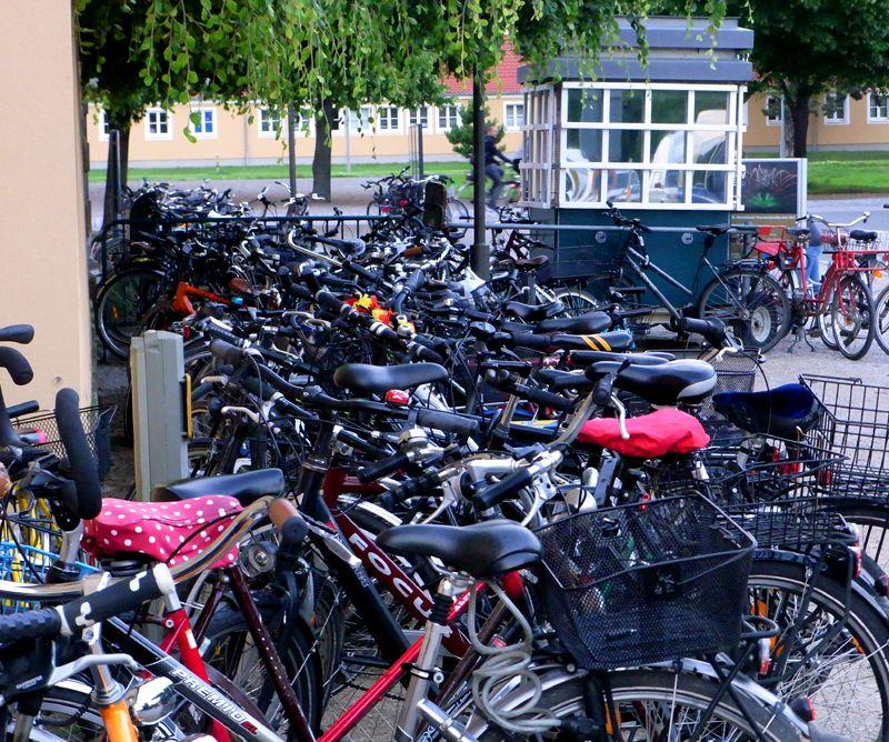 Räder vor den Herrenhäuser Gärten während einer abendlichen Veranstaltung