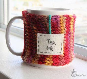 編み途中で毛糸の色を変えてグラデーションにしてみるのも良いでしょう。こちらは、ティーバッグのタグが付いたユニークなデザインです。