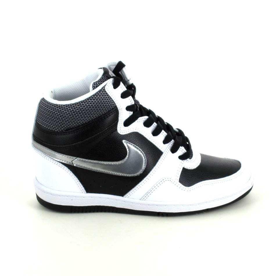 La Nike Force Sky Hi noir et blanche se trouve chez Sports Loisirs. Talon compensé, tout de cuir c'est un incontournable pour cette saison printemps été 2015 !http://www.sports-loisirs.fr/nike-force-sky-hi-noir-blanc.html