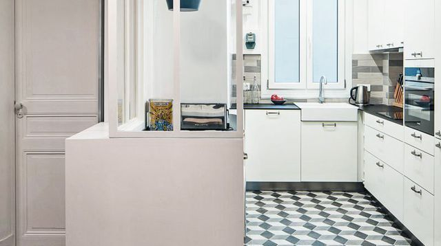 Cuisine moderne  focus sur une cuisine semi ouverte avec verrière