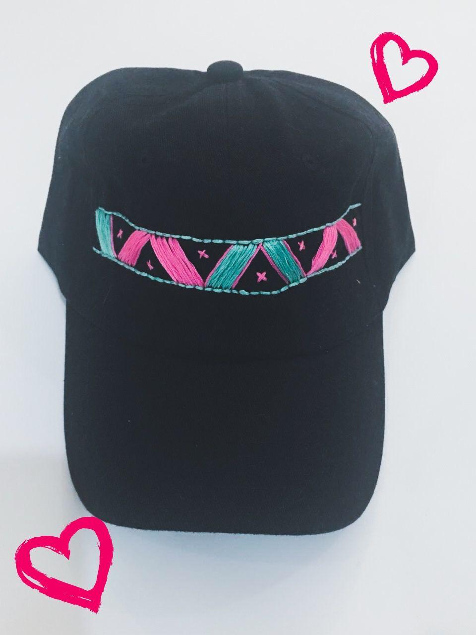 Gorra negra bordada a mano en color verde menta y rosa marca - Madhu  Navalesh 11fefaaed2c