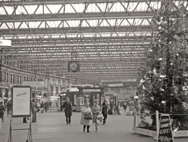38217b1a8baa4b26de34d6433c06ddd3 - London rail stations' bygone Xmases