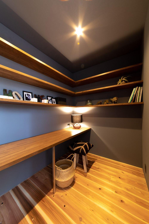 お父さん憧れの書斎 エコフリースの壁紙で ダークトーンにまとめた三畳の書斎 カウンターと本棚は造作なんですよ 書斎 壁紙 ソラマド ホームオフィス レイアウト