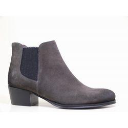 Lita : réalisée en cuir velours, sa forme ronde et son talon bizoté lui confère un look féminin. Cuir du bout et du contrefort brossés pour un aspect légèrement vieillit. Côté pratique, on adore les élastiques apposés de part et d'autre du modèle. Véritable basic à avoir cet hiver pour arpenter les rues avec style! #boots #bottines #talons #heels #cuir #fashion #fashionista #shoes #shoeslover #shoesaddict #murattiparis #murattifashion #newcollection #ah2016 http://www.muratti-paris.com
