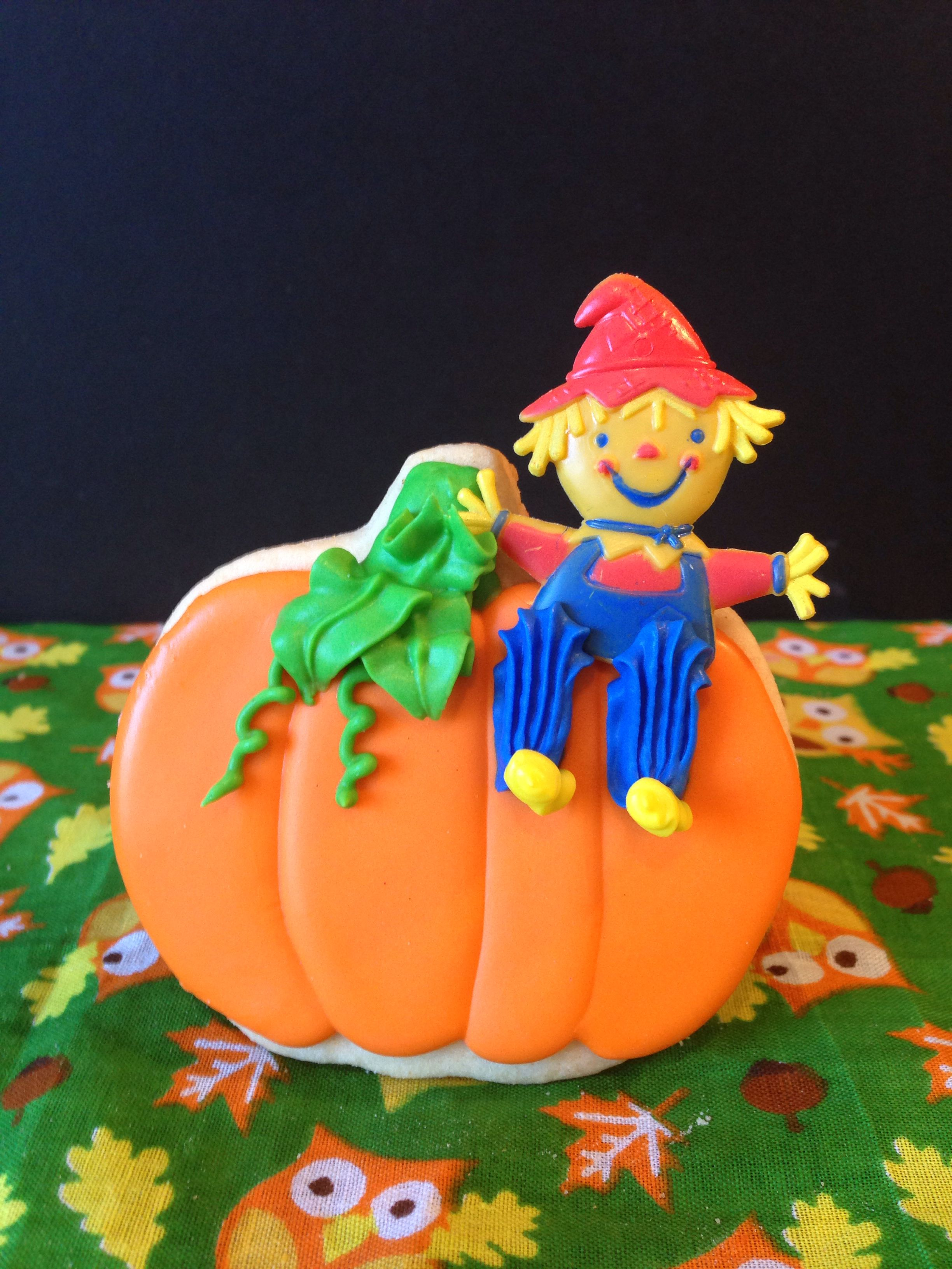 Made this Thanksgiving pumpkin cookie with scarecrow cupcake pick.