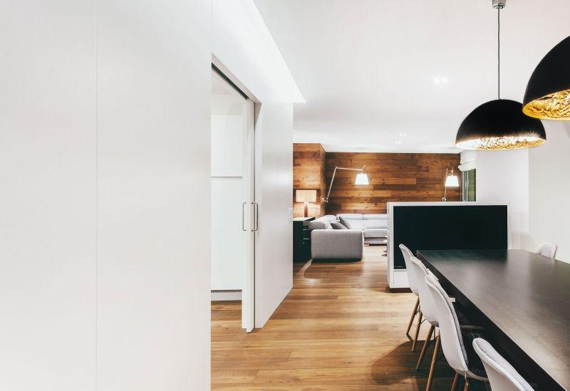 chesterfield sofa und holz deko in einer modernen wohnung chesterfield einer modernen